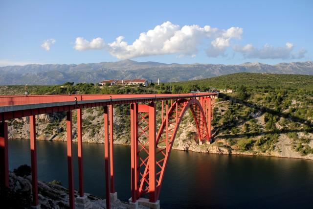 Mogočen most Maslenica iz katerega je možno skočiti z bungeejem