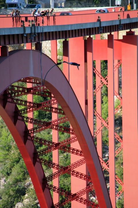 Bungee jumping iz mostu Maslenica