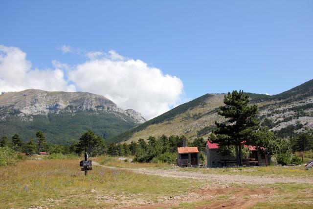Na vrhu se razprostira divja pokrajina z nekaj hiškami in izrazitim gorskim zrakom