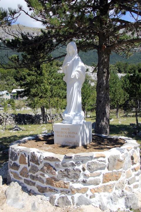 Na novo postavljen kipec v čast gospe velikega Rujna