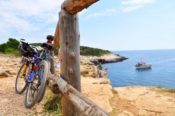 Po kolesarjenju se prileže osvežitev in skok v morje