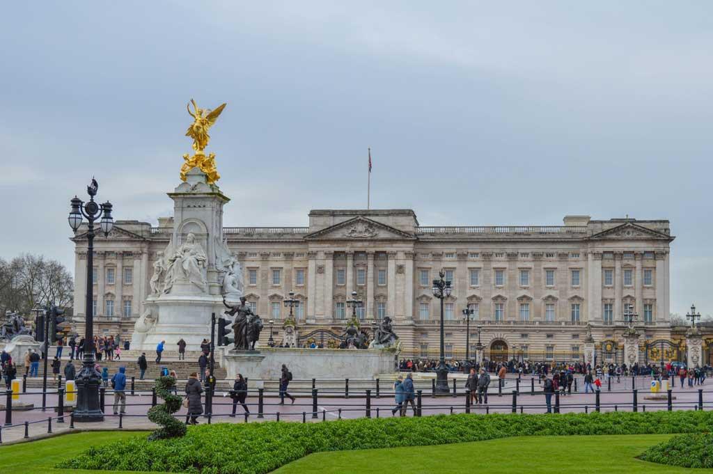 Buckinghamska palača ? domovanje britanske kraljeve družine